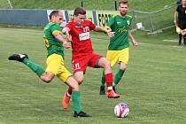 Fotbalisté Mutěnic (zelené dresy) jsou po dvou kolech krajského přeboru stoprocentní. (ilustrační foto)