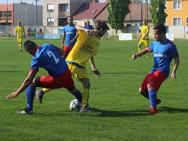 Baníkovci z Ratíškovic (žluté dresy) nakonec uhráli remízu 3:3.