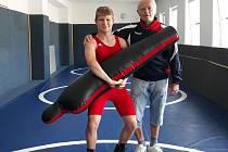 Úspěšný hodonínský zápasník Filip Bartošík se svým trenérem Lubomírem Jurmanem.