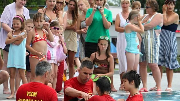 Hodonínské koupalistě patřilo Letnímu dnu zdraví. Zasahovali i vodní záchranáři z Nových mlýnů.