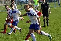 Fotbalisté Blatnice ( v bílých dresech) v domácím prostředí nestačili na Kyjov. Okresnímu rivalovi na velikonoční neděli podlehli 1:2.
