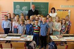 Foto ze stejné Základní škola J. A. Komenského v Kyjově, třída 1.C s učitelkou Evou Pavlasovou a ředitelem Janem Navrátilem.
