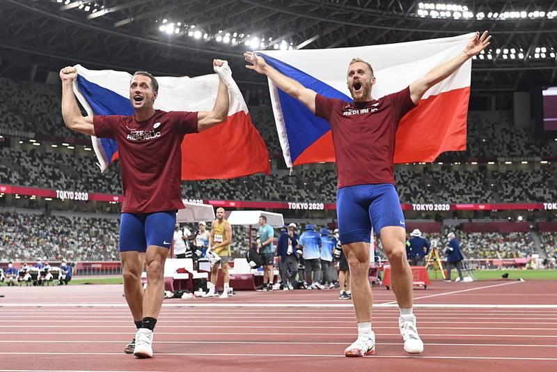 Vítězslav Veselý (vlevo) a Jakub Vadlejch oslavují olympijské medaile po finále oštěpařského závodu.