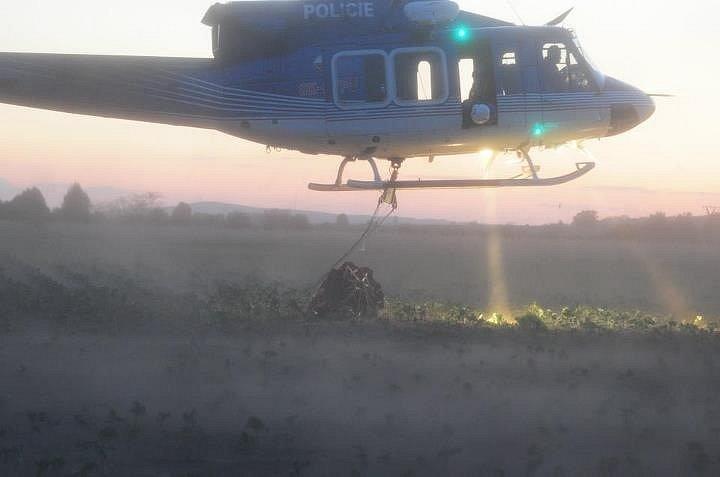 Vrtulníky hasící lesní požár u Bzence doplňovaly vodu z přistavených cisteren.
