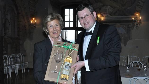 Kněžna Marie z Lichtenštejna přejímá řádová vína Lazariánů od autora výstavy Marka Vařeky.