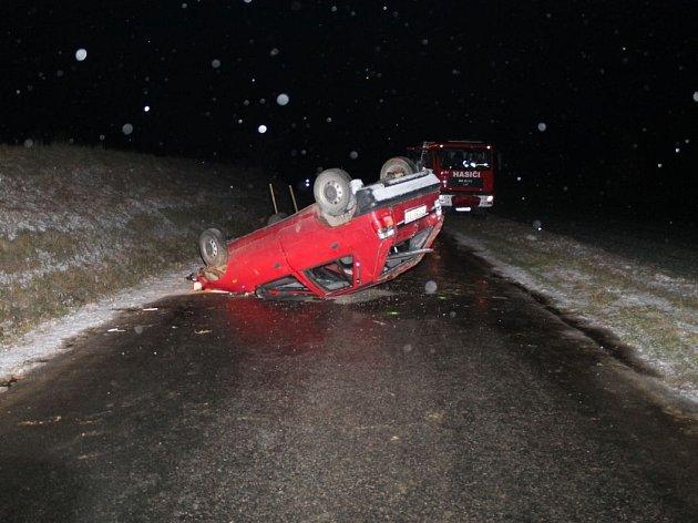 Řidič nepřizpůsobil stavu silnice jízdu a obrátil auto na střechu. Přivolaná policie zjistila přítomnost alkoholu vkrvi.