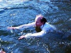 V areálu Cihelna v Lužicích se konalo po čtvrté silvestrovské ukončení plavecké sezony. Podívat se přišlo více než pět set lidí.