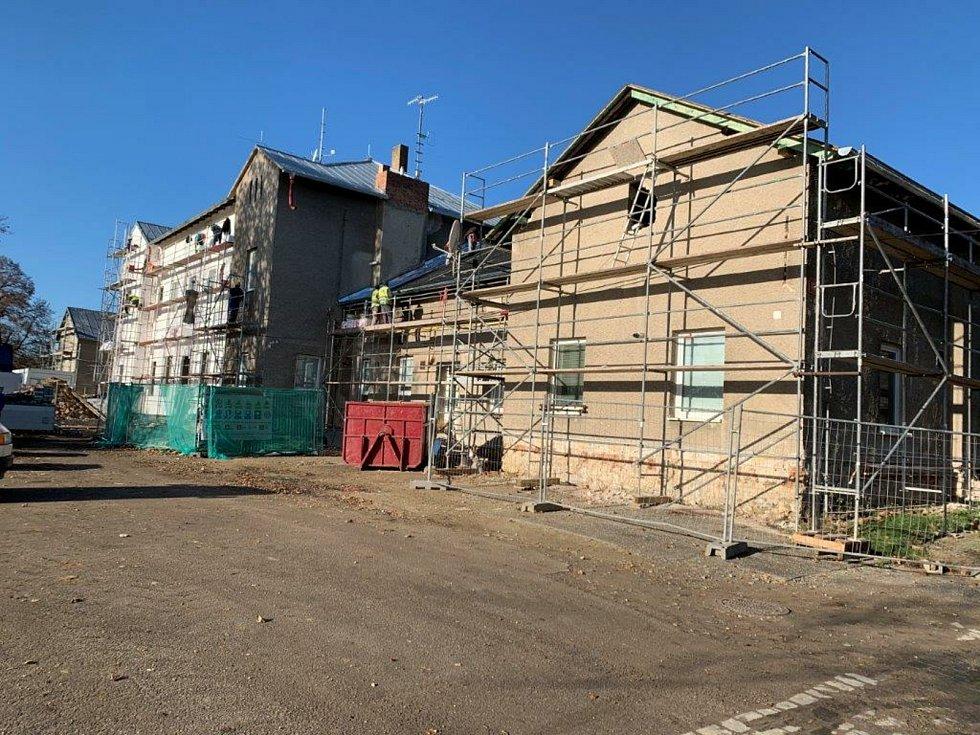 Nádražní budova v Ivanovicích na Hané na Vyškovsku - Ještě tam pokračují práce na zateplení budovy a zřízení bezbariérového přístupu.