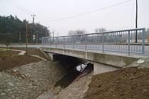 Opravu krajské silnice využila obec také k rekonstrukci mostu přes potok Vápenka