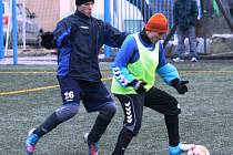 Fotbalisté Lovčic (v návlecích) prohráli na zimním turnaji v Kyjově oba zápasy.