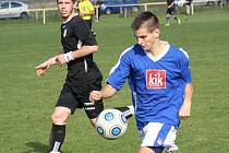 Mladý útočník Kozojídek Ondřej Březina (v modrém) podal proti Vlkoši stejně jako zbytek týmu velmi dobrý výkon.