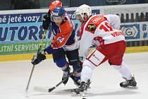 Hodonínští hokejisté (oranžovo-modré dresy) jsou blízko vyřazení. Ve druhém čtvrtfinále totiž prohráli s favorizovanou Porubou 1:3.