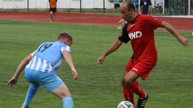 1. kolo poháru: FK Hodonín (v červeném) vs. Prostřejov.