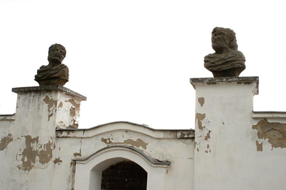 Takzvané svatoborské opice, se konečně dočkaly oprav (na snímku stav před rekonstrukcí). Busty boha Januse hlídají vchod do bývalého panského dvora ve Svatobořicích-Mistříně.