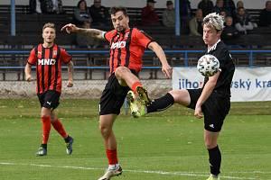 Fotbalisté Hodonína (v pruhovaném) zvítězili v Břeclavi i díky rychlé brance z osmé minuty.