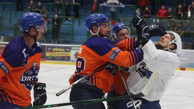Hodonínští hokejisté (oranžové dresy) podlehli béčku Komety Brno v obou přípravných zápasech.