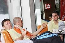 Záložník Slovácka Michal Kordula se na soustředění v Turecku zabaví kartami.