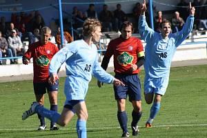 Fotbalisté Vracova - útočník Petr Loprais (ve světle modrém).