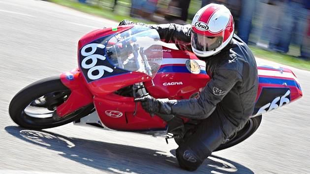 Slušné druhé místo obsadil na Kopčanském rychlostním motookruhu kyjovský jezdec Lukáš Bělič, který na Slovensku startoval v kategoriích Klasik 350 ccm a Sportproduction 125 ccm. Kromě stříbrného vavřínového věnce si známý závodník domů odvezl rovněž třetí