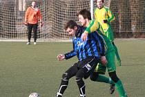 Mutěničtí fotbalisté (ve žlutých dresech) porazili v posledním přípravném zápase Rohatec 2:0. Páteční duel se hrál na umělé trávě Pod Búdama.