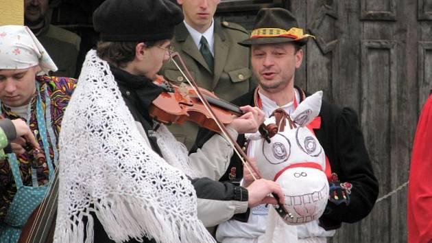 Smrtka, myslivec s medvědem, ale i další masky byly v sobotu k vidění ve Vracově. Před obchůzkou nemohl chybět ani tradiční tanec Pod Šable.