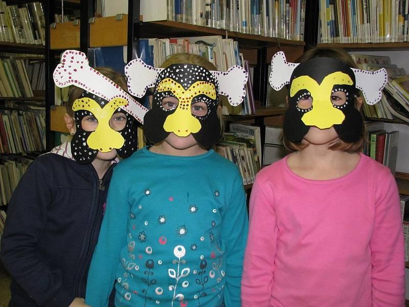 V maskách kanibalů v hodonínské knihovně