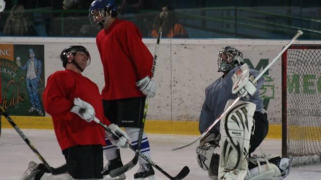 Hodonínští hokejisté zakončili letošní druholigovou sezonu zápasem s fanoušky. Exhibiční utkání skončilo remízou 7:7.