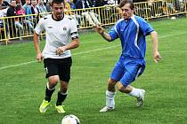 Derby fotbalistů Dolních Bojanovic (v bílém) se Starým Poddvorovem skončilo remízou 1:1. Mladý ratíškovický rozhodčí Adam Kordula navíc v závěru vyloučil dva hráče.