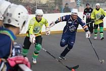 Sudoměřičtí hokejbalisté (ve žlutých dresech) v posledním soutěžním zápase letošního ročníku deklasovali Ústí nad Labem 6:1.