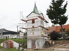 Svatobořická zvonice stojí v obci nejméně tři sta let. Obec ji letos nechává spravit.