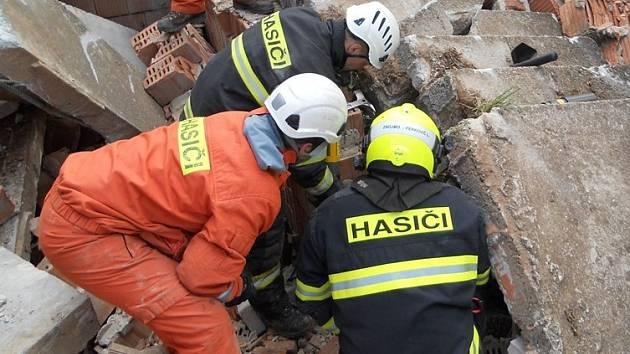 Ani ne po půl roce se hasiči vrátili na místo, kde se odehrál jeden z nejnáročnějších zásahů poslední doby. Ve zříceném objektu v Dubňanech tehdy zachraňovali zavaleného chlapce. Nyní v areálu trénovali vyprošťování a zajišťování narušených konstrukcí.