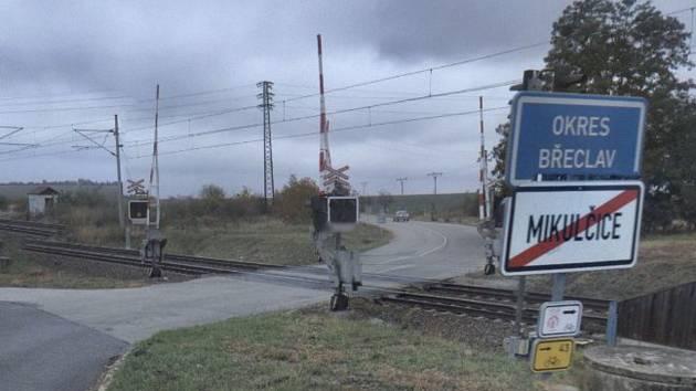 Železniční přejezd mezi Mikulčicemi a Moravskou Novou Vsí.