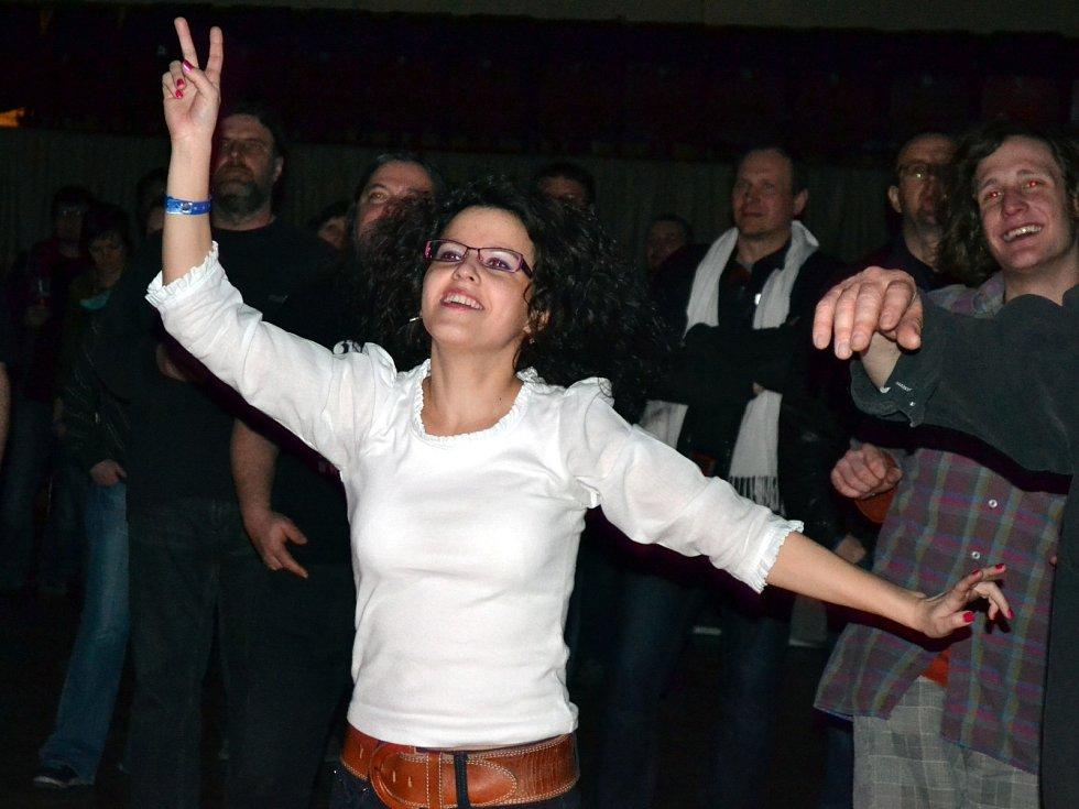 Návštěvníci akce se dobře bavili. Tančili pod pódiem.