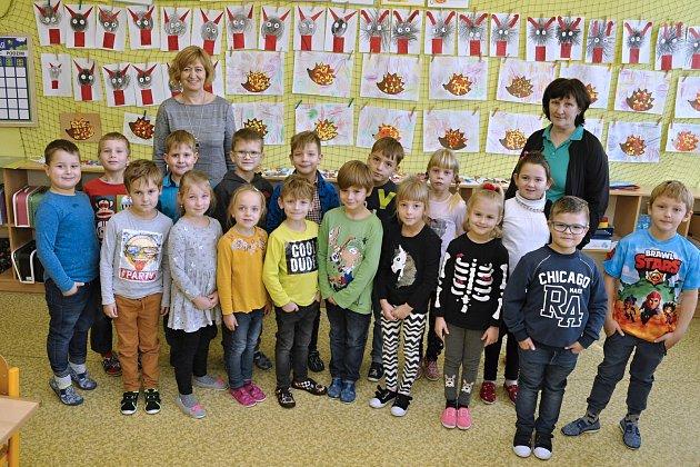 1. třídu Základní školy T. G. Masaryka Čejkovice učí Marie Hromková (vlevo) a školní asistentka Jiřina Michnová.