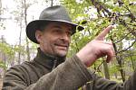 Miliony chroustů se právě rojí v lesích Moravské sahary na Hodonínsku. Spásají listy stromů a kladou do půdy vajíčka. Larvy ohrožují na osm tisíc hektarů lesa. Postřik však zatrhli ochránci přírody. Lesníci označili stav za kalamitní. Martin Zavrtálek odb