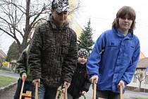 Děti s hrkači ohlašují příchod Velikonoc.