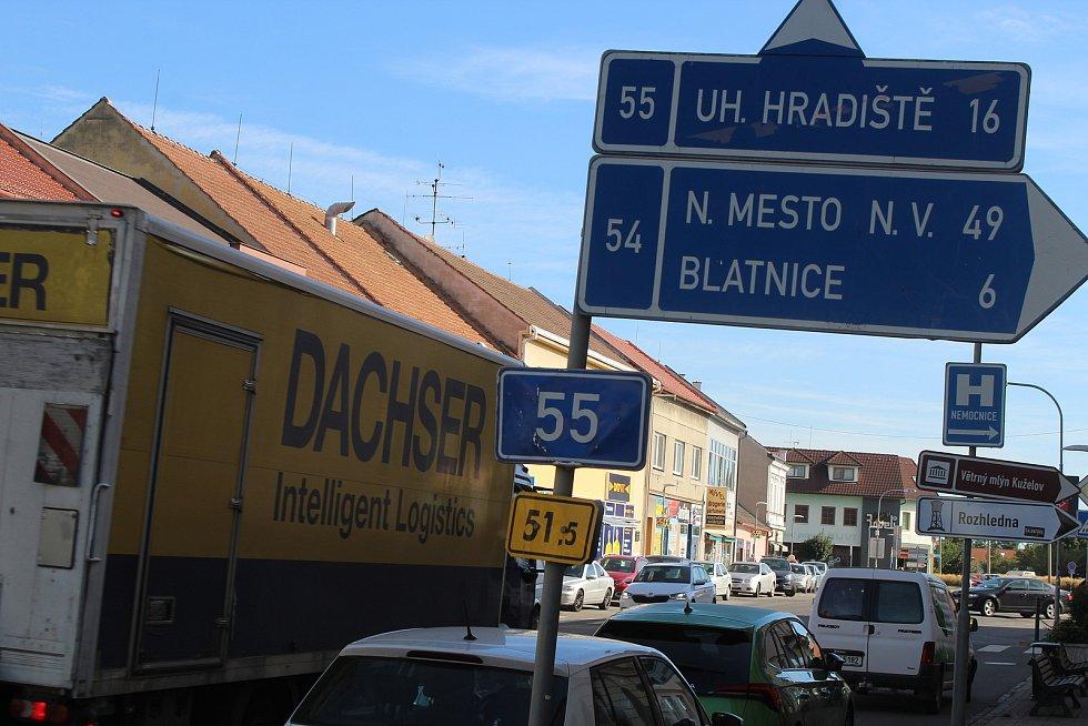 Křižovatky dvou státních silnic ve středu Veselí nad Moravou. Na jaře má začít jejich přestavba na okružní křižovatky.
