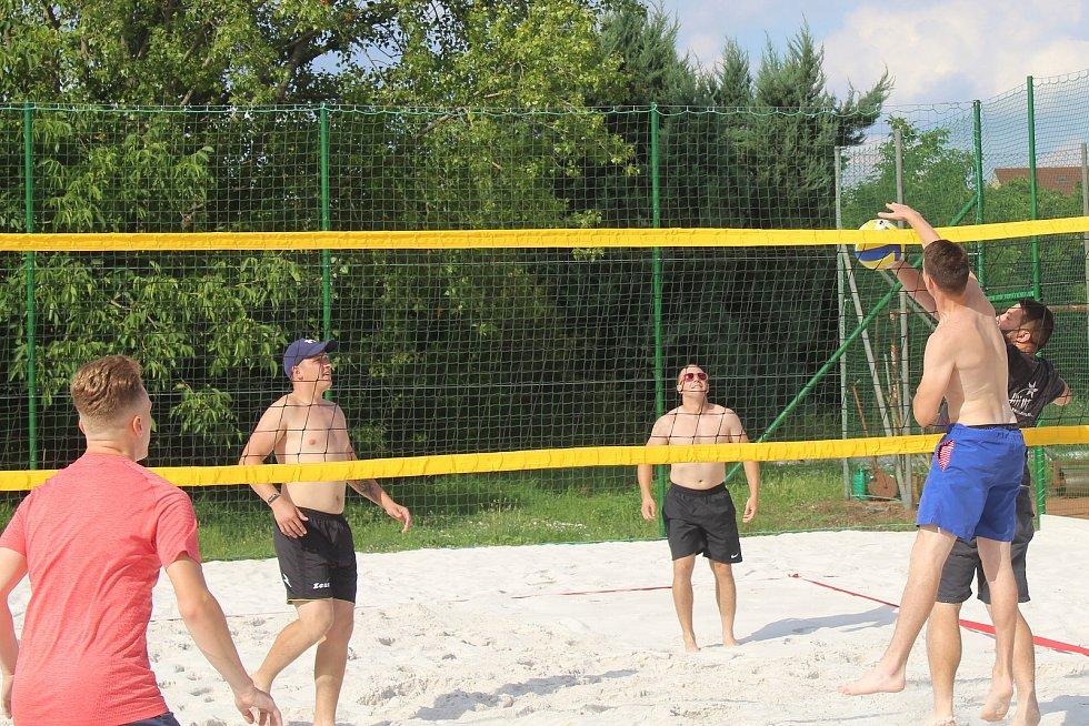 Rybníček v Mistříně v ulice Na Dolině. Nové hřiště na plážový volejbal.