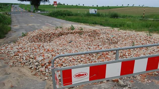 Zasypaná propadlá silnice u Šardic.