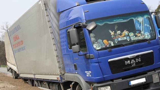Pod koly kamionu se utrhla krajnice. Řidič se vyhýbal autu.