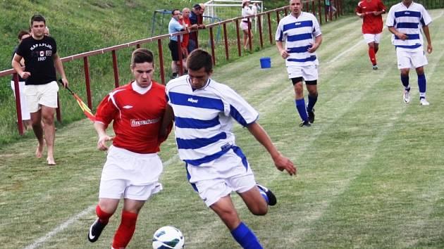 Fotbalisté Čejkovic (modro-bílé dresy) porazili v prvním kole okresního poháru Mikulčice 5:1.