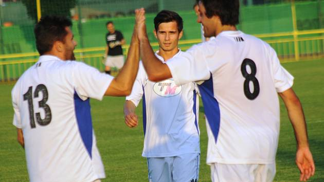 Petr Vybíral (vlevo) slaví společně s Michalem Vydařilým a Jaromírem Kotáskem poslední gól v dresu ratíškovického Baníku.
