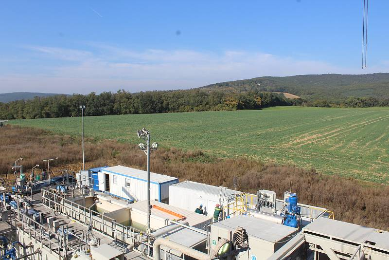 Průzkumný vrt západně od Čeložnic. Jeho konečná hloubka přesáhla 2,5 kilometru.