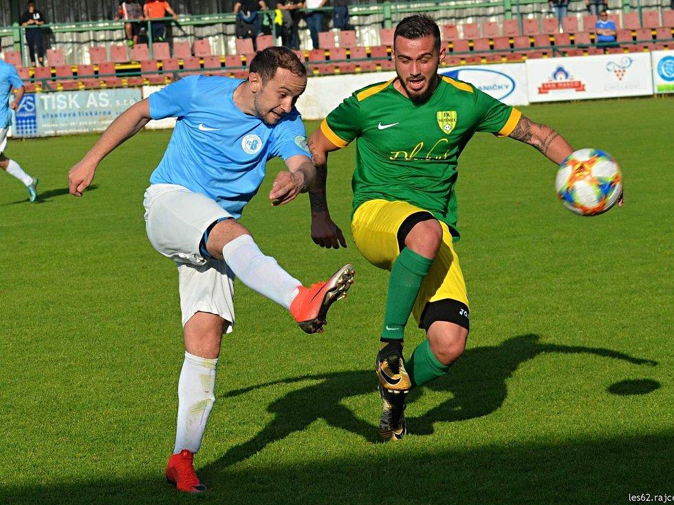 Fotbalisté Mutěnic (v zelených dresech) po devíti měsících naskočí opět do mistrovského utkání.