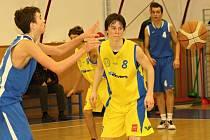 Mladí kyjovští basketbalisté (ve žlutých dresech) v letošní sezoně bojují o postup do juniorské extraligy.