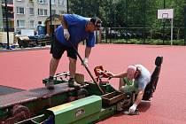 Hřiště Očovská v Hodoníně dostává nový koberec.