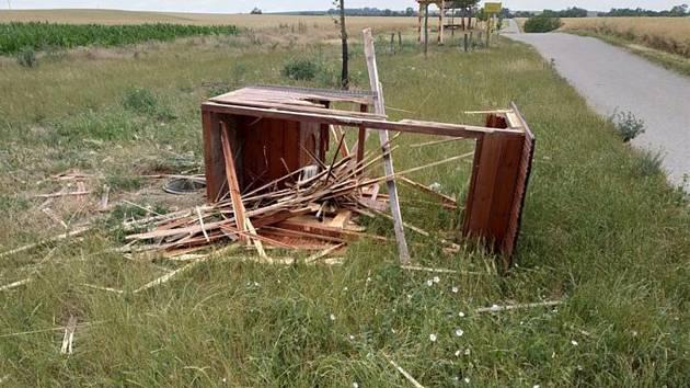 Vandal zničil dřevěný záchod, který sloužil lidem na hranici Hustopečí a Starovic.