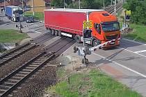 Kamion se zahraniční poznávací značkou vjel na přejezd v Moravském Písku na červenou. Prorazil závoru.