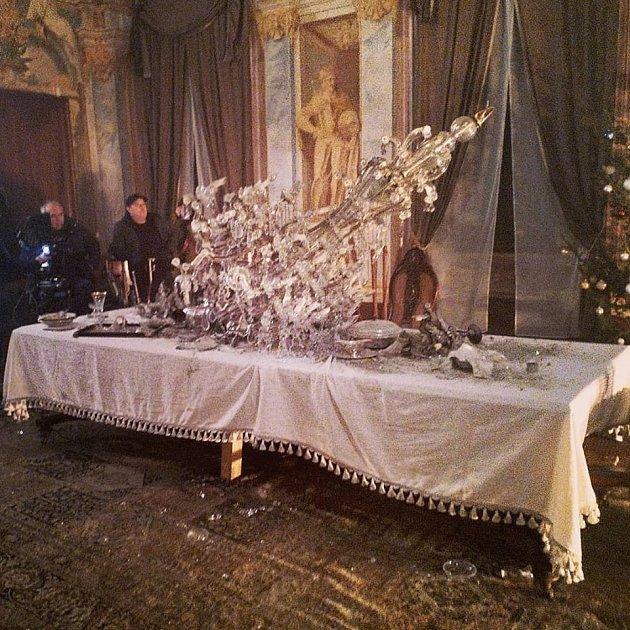 Uprostřed natáčení na milotickém zámku spadl na stůl těžký lustr.