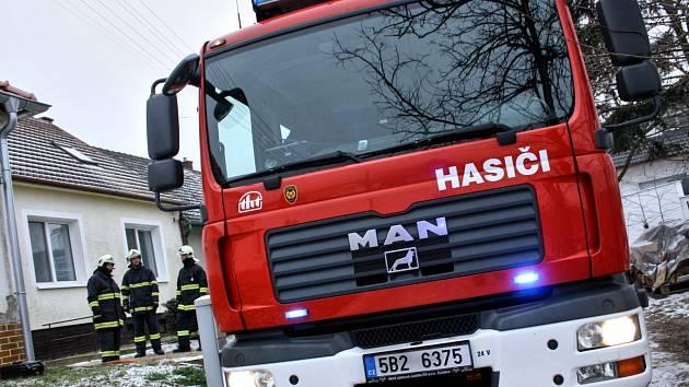 Zásah čtyř jednotek hasičů u požáru v rodinném domě v Rohatci.